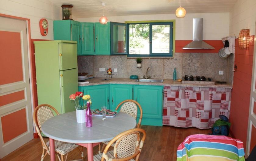 Location de vacances - Roulotte à Aniane - roulotte Boémia côté cuisine