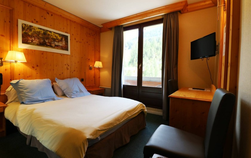 Location de vacances - Hôtel - Auberge à Lanslebourg-Mont-Cenis - L'hôtel Alpazur dispose de chambres doubles côté rue et côté rivière.