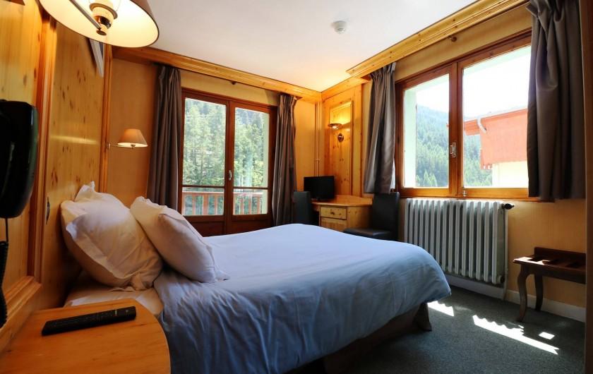 Location de vacances - Hôtel - Auberge à Lanslebourg-Mont-Cenis - Certaines chambres disposent de balcons dont certaines avec vue rivière.