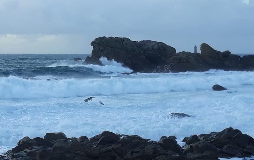 Location de vacances - Gîte à Brélès - La grosse houle ...avec la pointe du phare du Four au fond.