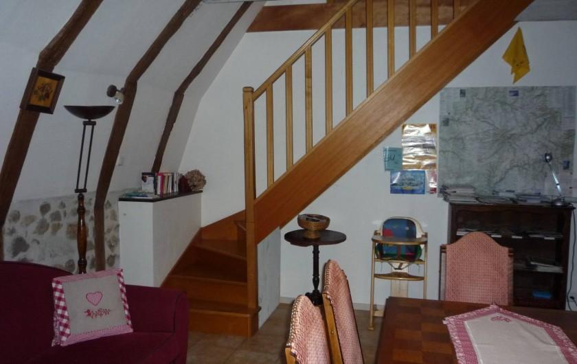 Location de vacances - Chambre d'hôtes à Saint-Martin-Cantalès - La salle commune + escalier vers les chambres