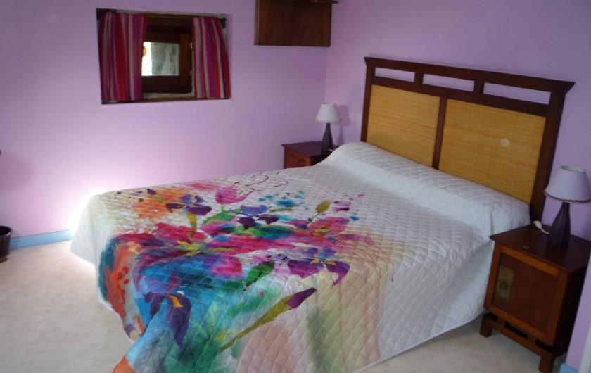 Location de vacances - Chambre d'hôtes à Saint-Martin-Cantalès - Chambre Myrtille: chambre parentale de la suite familiale