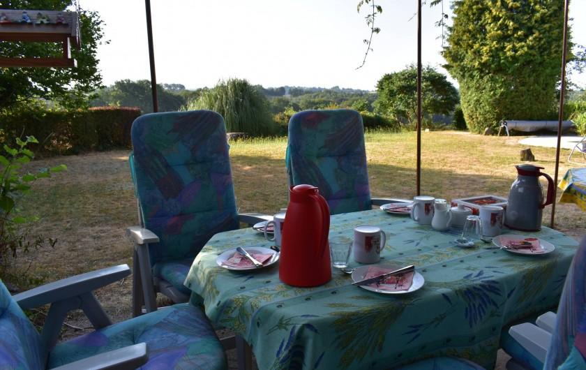 Location de vacances - Chambre d'hôtes à Saint-Martin-Cantalès - Petit-déjeuner sur la terrasse (en cas de beau temps)