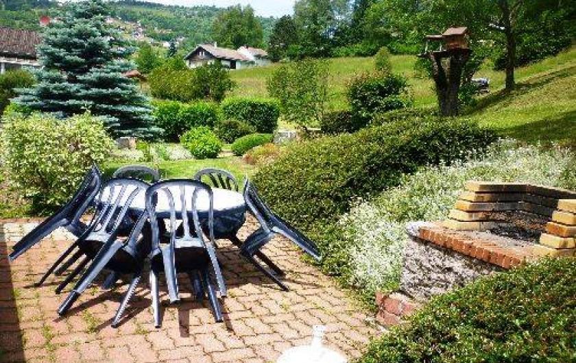 Location de vacances - Gîte à La Bresse - autre salon de jardin et barbecue