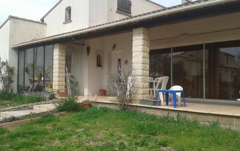 Location de vacances - Villa à Bernis - Jardin et face avant