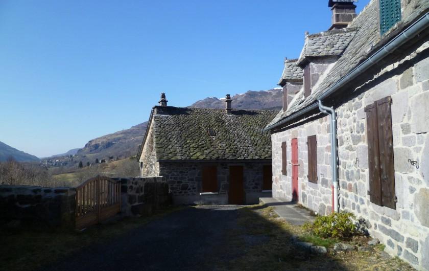 Location de vacances - Gîte à Le Falgoux - Vue sur la vallée en sortie de maison