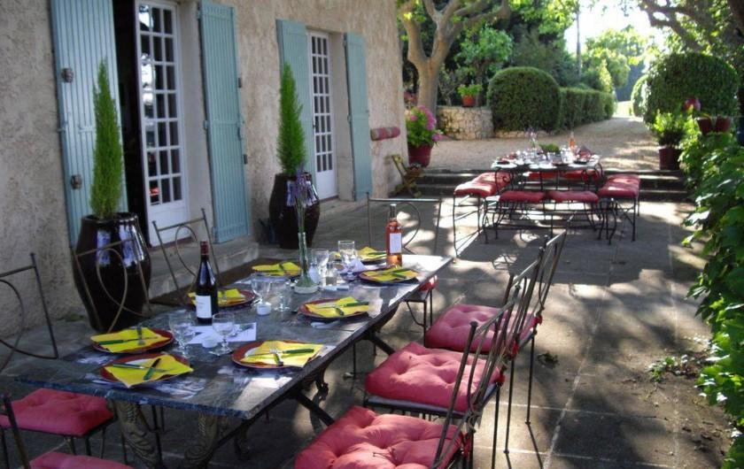 Location de vacances - Villa à Aix-en-Provence - 2 tables( enfants et parents )