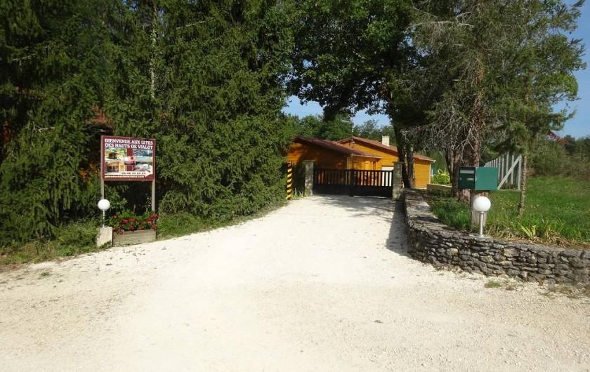 Location de vacances - Gîte à Auriac-du-Périgord - Entrée du site entièrement clôturé