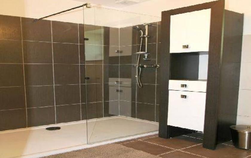 Location de vacances - Gîte à Plonéour-Lanvern - La salle d'eau du rez de chaussée