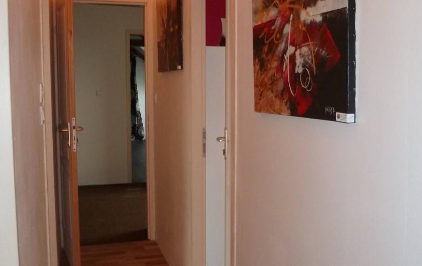Location de vacances - Chambre d'hôtes à Les Iffs - couloir entre la chambre parents et chambre enfants de la suite familiale