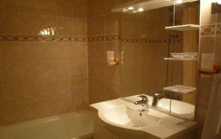 Location de vacances - Appartement à Les Menuires - Salle de bains avec baignoire et lave linge