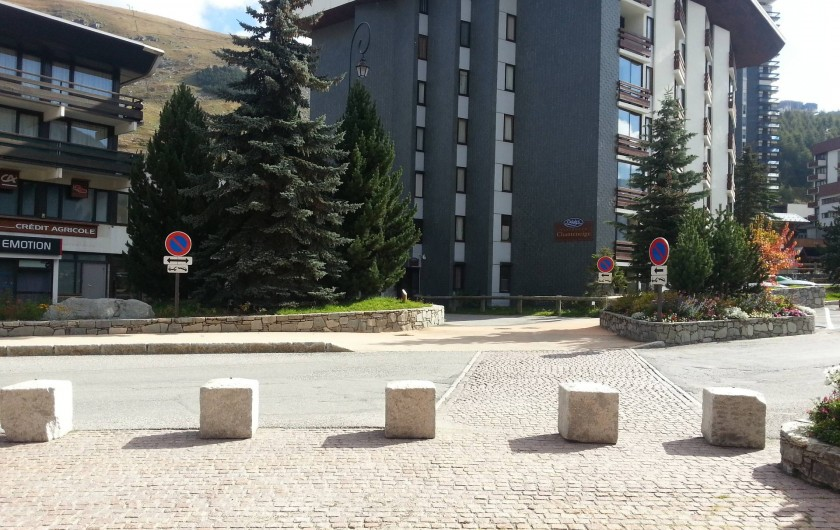 Location de vacances - Appartement à Les Menuires - Vue de l'immeuble côté Route