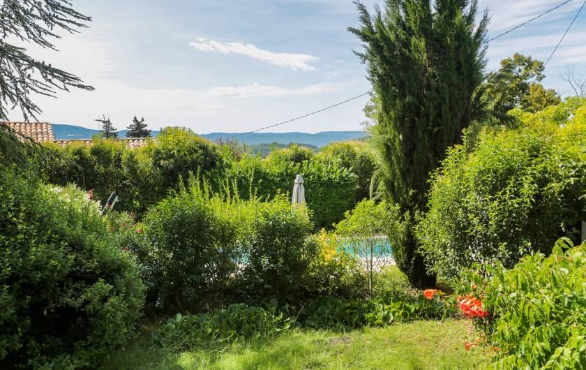 Location de vacances - Villa à Forcalquier - Le jardin, vue sur le Luberon
