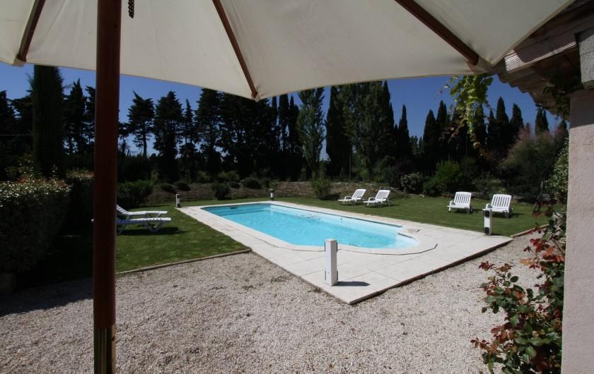 Location de vacances - Mas à Saint-Rémy-de-Provence - Piscine sous le parasol pour la sieste