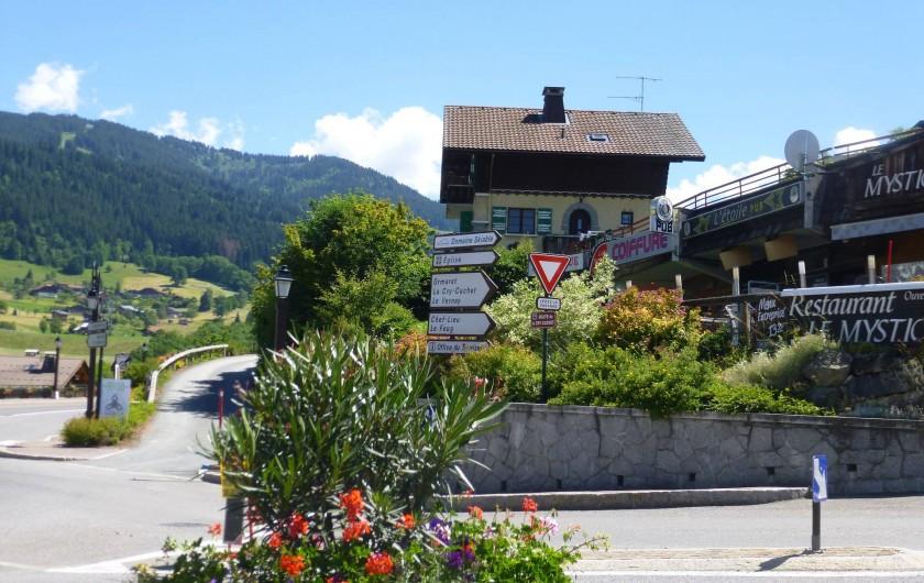 Location de vacances - Appartement à Combloux - Vue du chalet depuis le centre du village