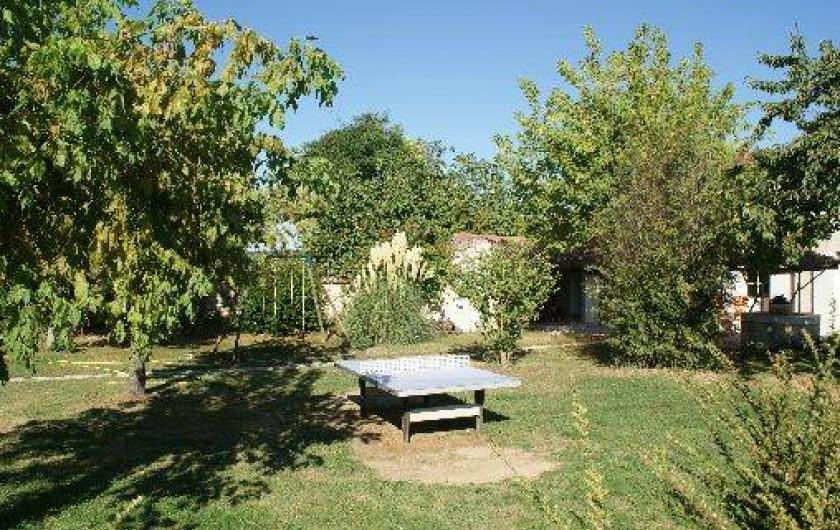 Location de vacances - Gîte à Surgères - Jardin arboré avec table de ping-pong