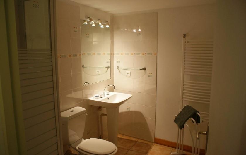 Location de vacances - Gîte à Surgères - Salle d'eau du rez-de-chaussée avec lavabo, douche et toilettes