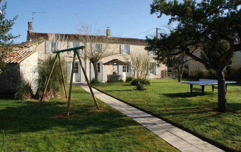 Location de vacances - Gîte à Surgères - Jardin clos avec table de ping-pong et balançoire