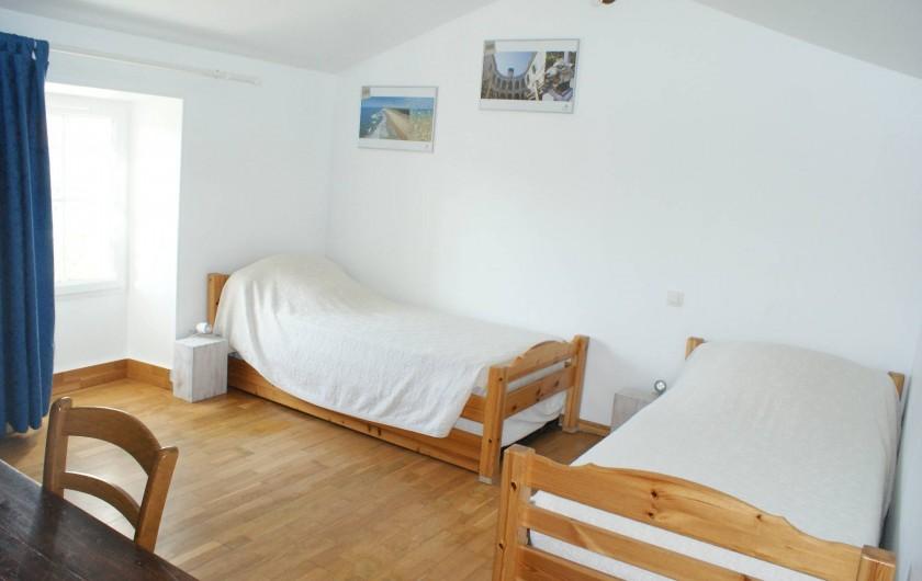 Location de vacances - Gîte à Surgères - Chambre 4 à l'étage 2 lits simple + 1 lit gigogne