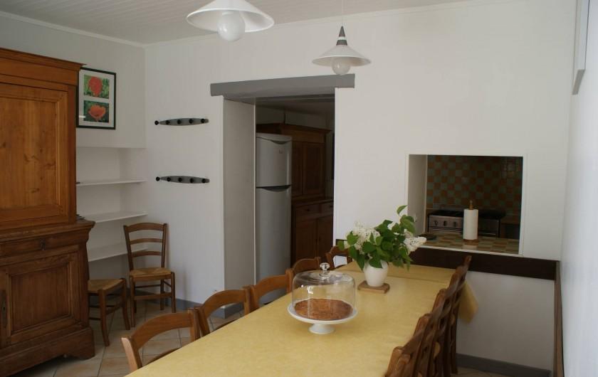 Location de vacances - Gîte à Surgères - Salle à manger ouverte sur la cuisine et sur le jardin
