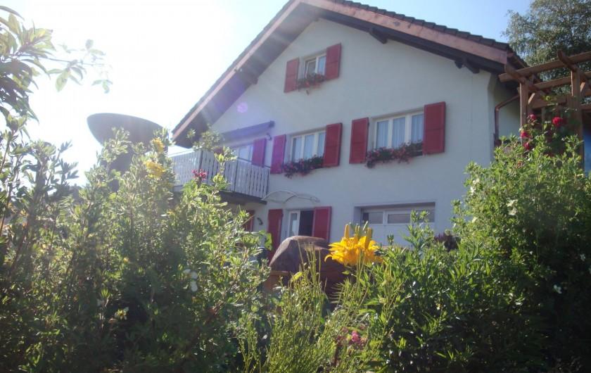 Location de vacances - Appartement à Les Breuleux - en été dans la verdure
