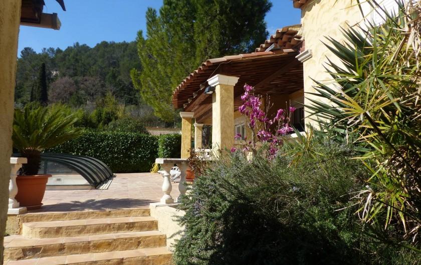 Location de vacances - Villa à Solliès-Toucas - LA MAISON ARBORÉE. VUE DE COTE.