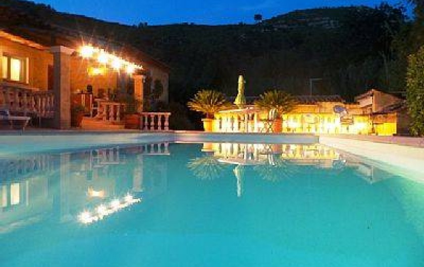 """Location de vacances - Villa à Solliès-Toucas - LA VILLA """"HACIENDA DU GAPEAU"""" Vue de nuit et sa piscine."""