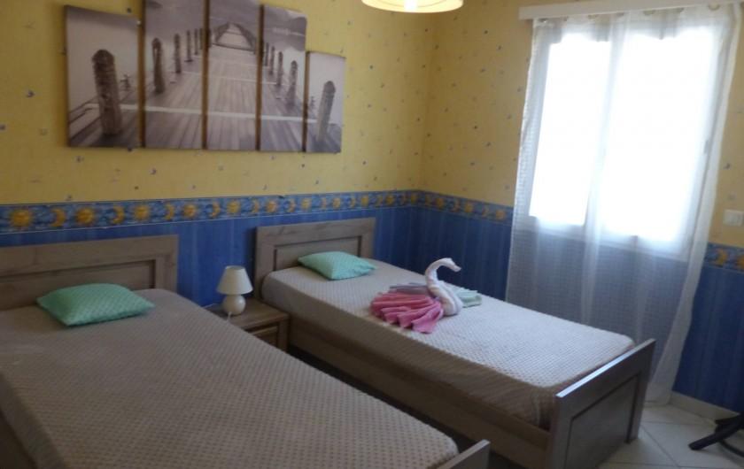 Location de vacances - Villa à Solliès-Toucas - LA CHAMBRE PROVENÇALE. SES DEUX LITS CÔTE A CÔTE D'UNE PERSONNE.