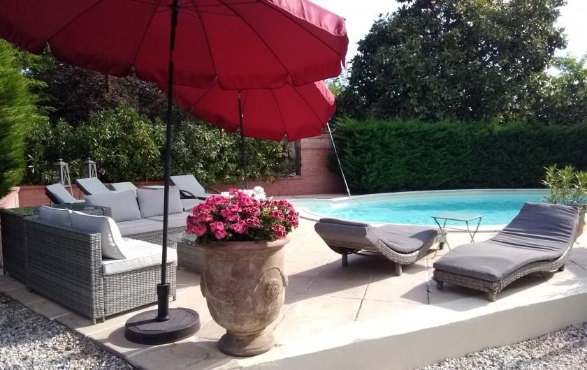 Location de vacances - Villa à Arsac - Le Gîte côté privé et piscine. Transat pour peaufiner le bronzage
