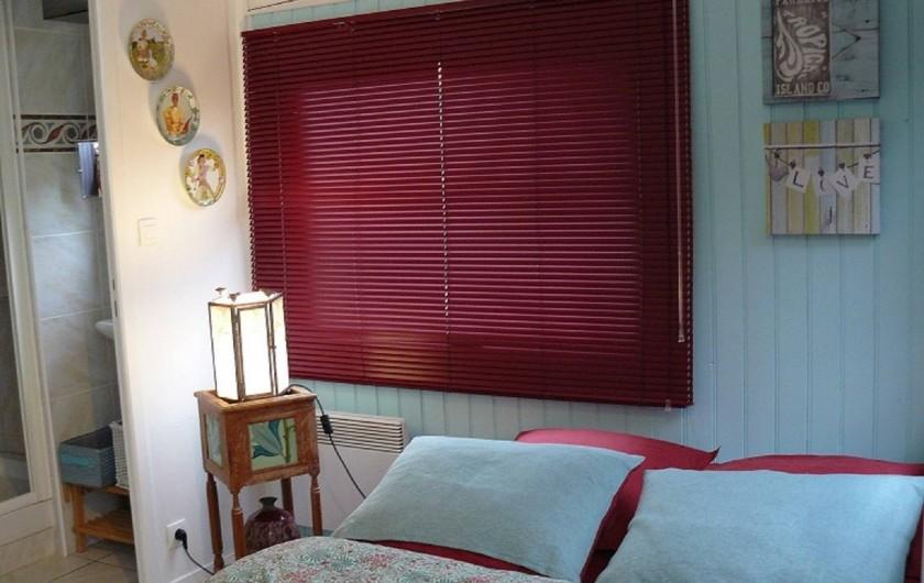 """Location de vacances - Villa à Arsac - """"La chambre """"Cabernet"""" une jolie chambre  au couleur """"Lagon"""" !"""