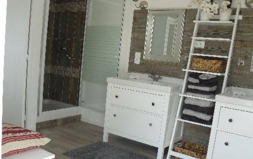 Location de vacances - Villa à Arsac - Une salle de bain avec sa douche Spa pour un moment de détente