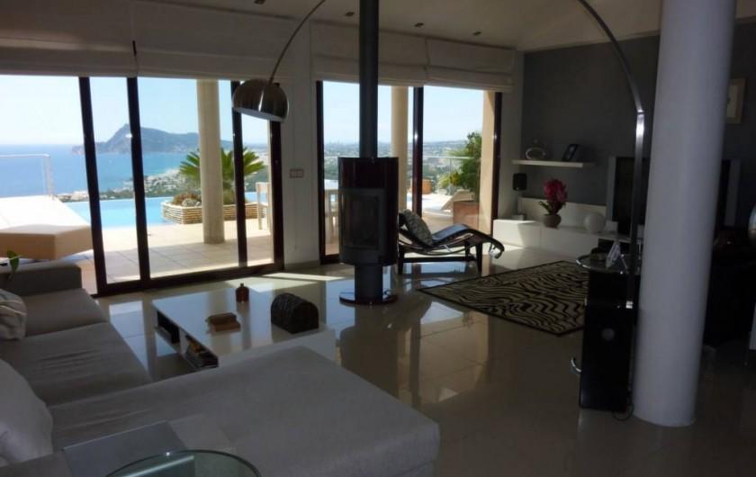 """Location de vacances - Villa à Altea - salon ouvert sur la terrasse, avec écran TV plat 75"""" Sony"""