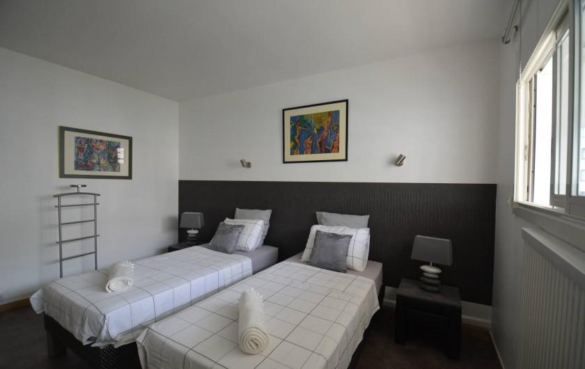 Location de vacances - Appartement à Cannes - chambre sur cour au calme avec 2 lits de 90 x 200