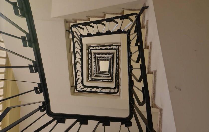 Location de vacances - Appartement à Cannes - 2 cages d'escalier style 60 et 4 ascenseurs pour desservir les étages
