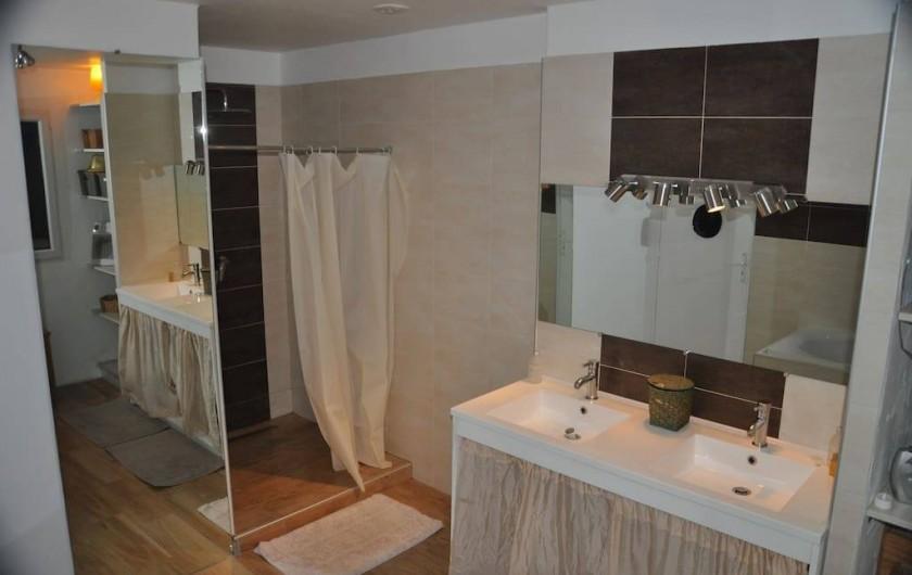 Location de vacances - Villa à Saint-Martin-de-Seignanx - salle de bain avec douche italienne 100*120 et grande baignoire, double vasque