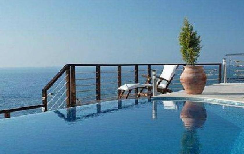Villa de luxe en bord de mer avec piscine priv e chypre for Villa espagne piscine bord de mer