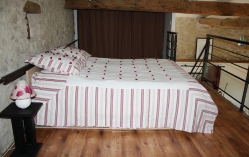 Location de vacances - Gîte à Vaunaveys-la-Rochette - Le couchage principal en mezzanine : lit en 140