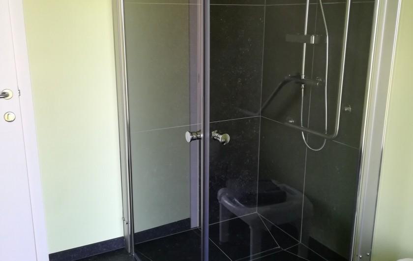Location de vacances - Gîte à Nieppe - RDC : salle de bains accessible aux personnes à mobilité réduite