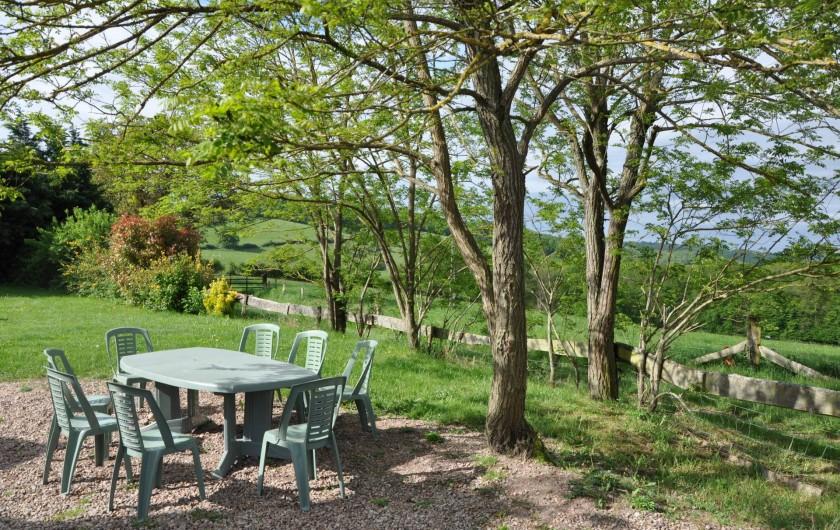Location de vacances - Gîte à Saint-Eugène - Salon de jardin en situation ombragée  dans le parc
