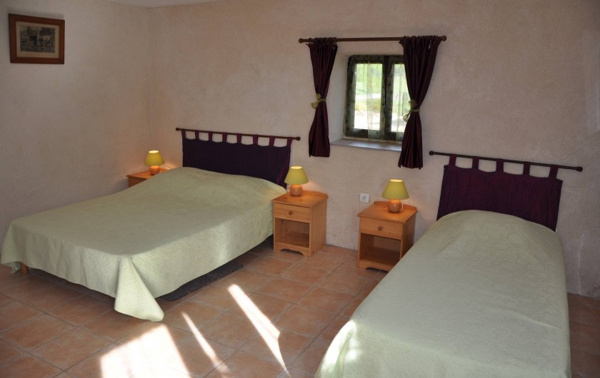 Location de vacances - Gîte à Saint-Eugène - Chambre 1 du RDC, 1 lit 2 places  et 1 lit 1 place