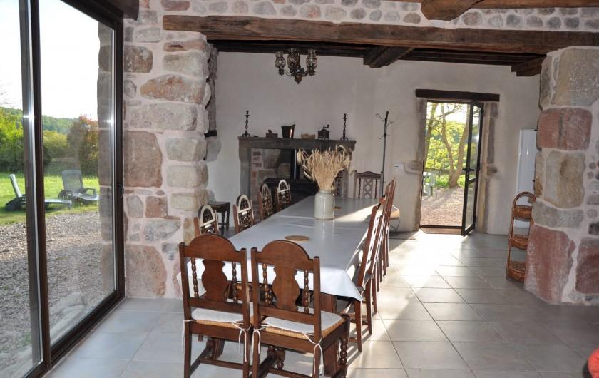 Location de vacances - Gîte à Saint-Eugène - Coin salle à manger de la pièce principale avec vue sur le parc