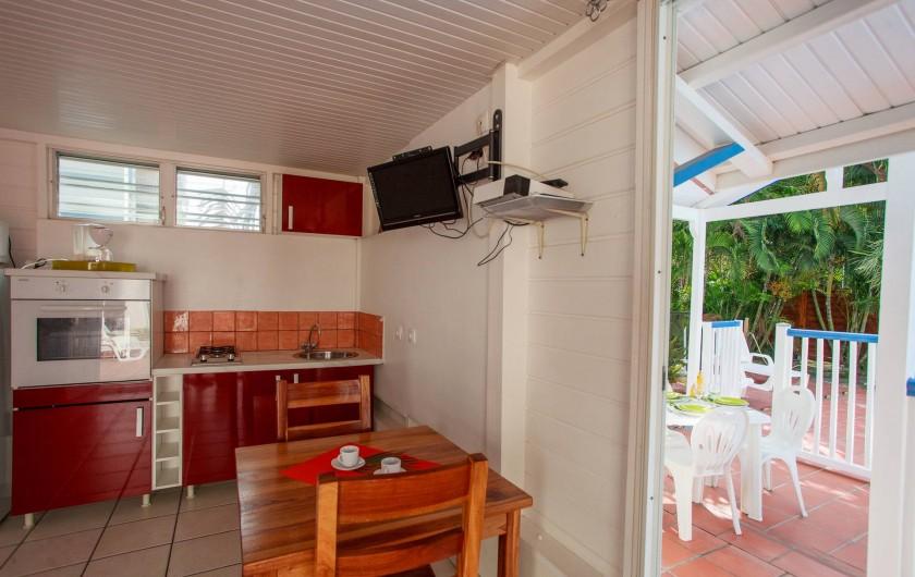 Location de vacances - Appartement à Le Diamant - cuisine et extérieur - bungalow