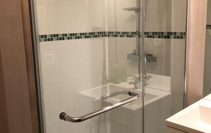 Location de vacances - Gîte à Ville-Langy - salle de bain rez de chaussée douche italienne lavabo  WC  sèche cheveux