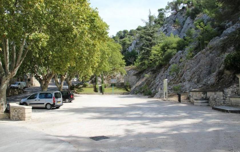 Location de vacances - Gîte à Robion - Parking à l'ombre des platanes