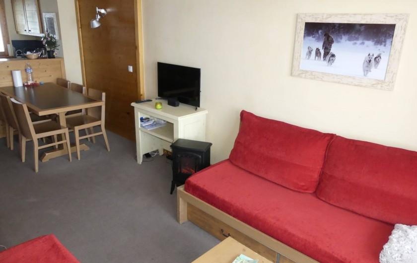 Location de vacances - Appartement à La Plagne - Salon séjour avec 2 lits simple 90x200 + 1lit gigogne 90x200 sous le canapé.