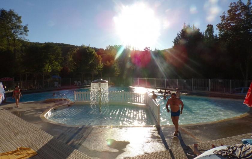 Location de vacances - Bungalow - Mobilhome à La Cassagne - piscine en fin de journée