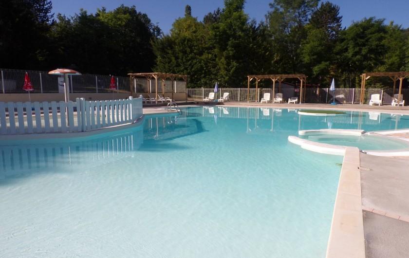 Location de vacances - Bungalow - Mobilhome à La Cassagne - piscine avec à gauche la pataugeoire et à droite la balnéo