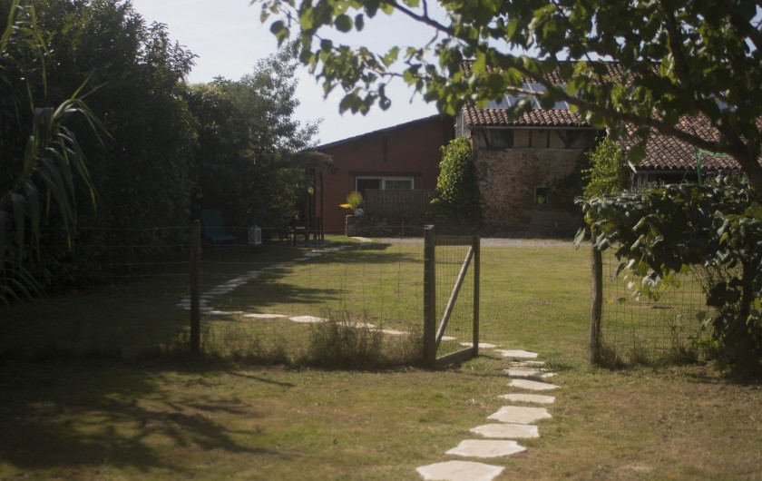 Location de vacances - Gîte à Ossages - Côté jardin clôturé avec stationnement privé