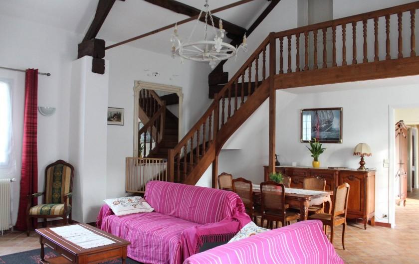 Location de vacances - Maison - Villa à Saint-Germain-sous-Doue - Salle à manger en merisier  Deux canapés convertibles ...