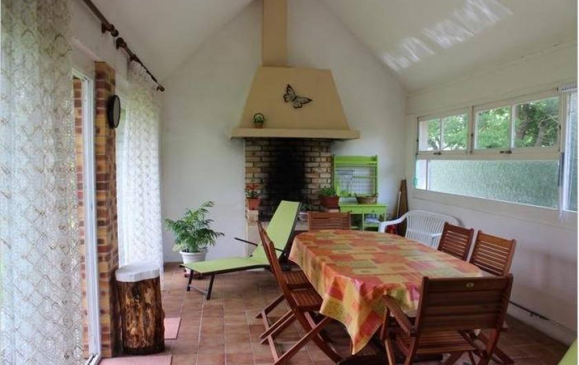 Location de vacances - Maison - Villa à Saint-Germain-sous-Doue - Cuisine d'été 22 m² Salon de jardin en teck, transats ...
